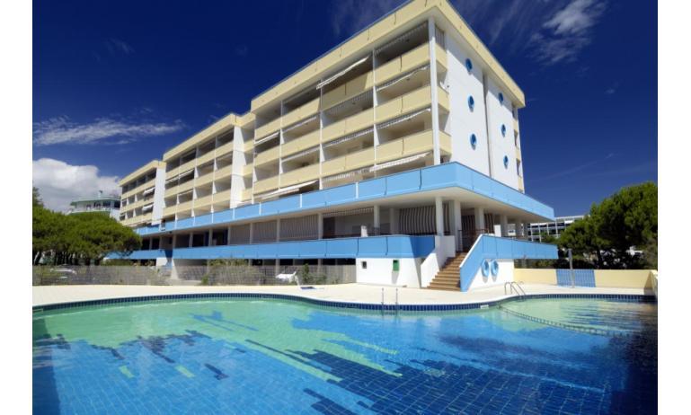 residence ITACA: esterno con piscina