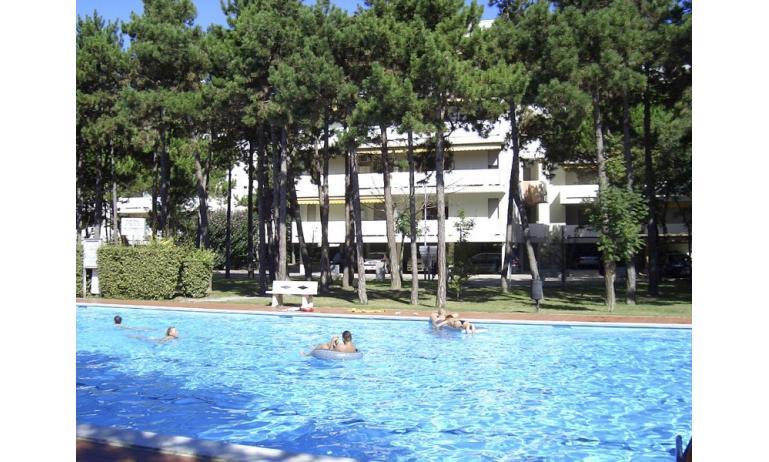 residence SPORTING: esterno con piscina