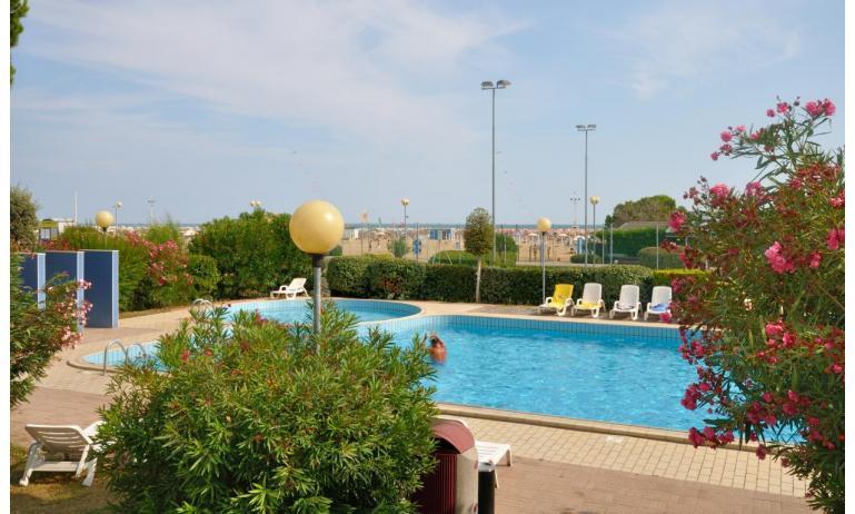 residence LUXOR: esterno con piscina