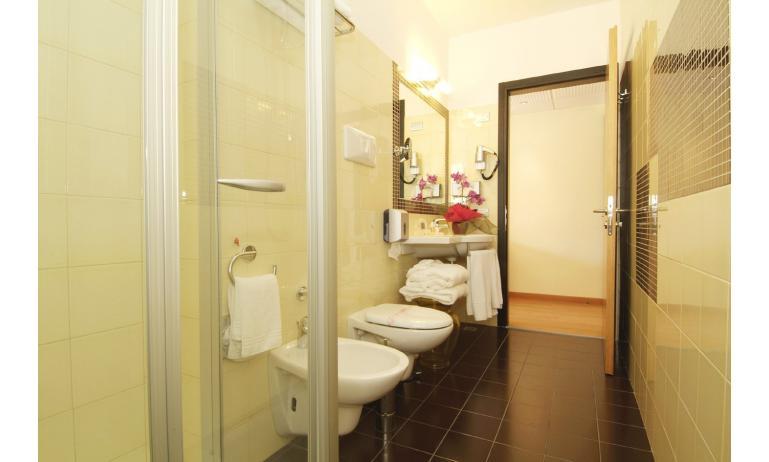 hotel BIBIONE PALACE: bagno (esempio)