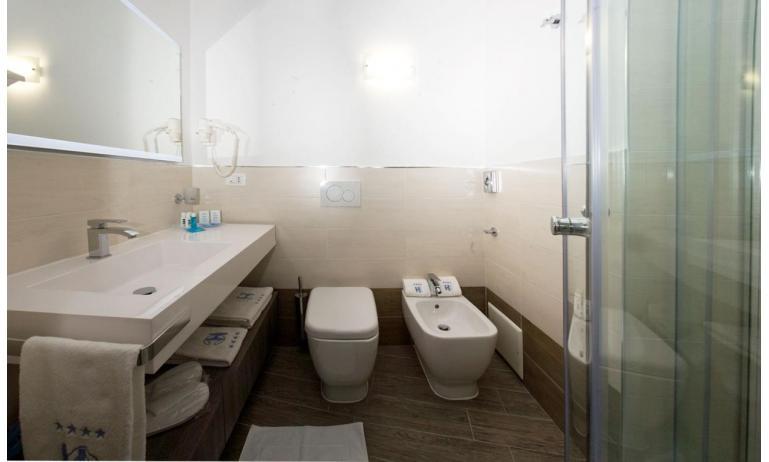 hotel CORALLO: bagno con box doccia (esempio)