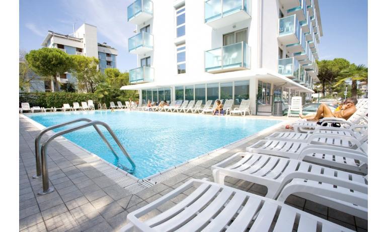 hotel KATJA: esterno con piscina