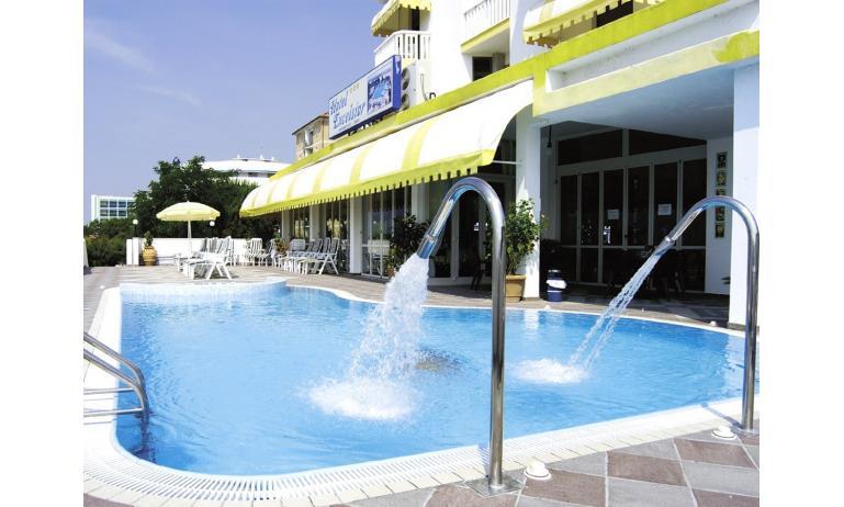 hotel EXCELSIOR: esterno con piscina