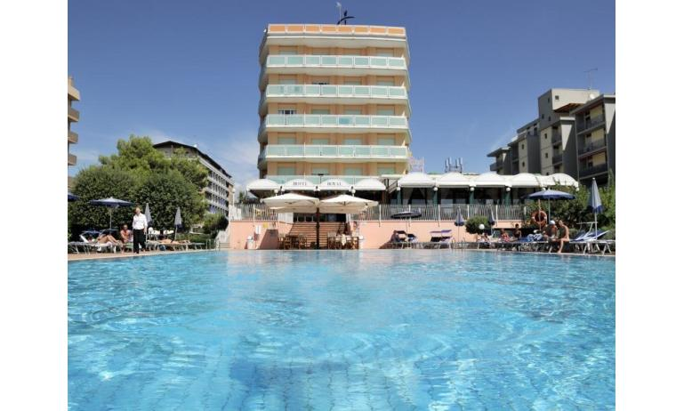 hotel ROYAL: esterno con piscina