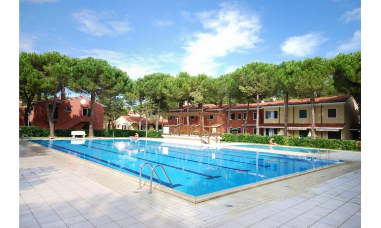 villaggio MICHELANGELO: esterno con piscina