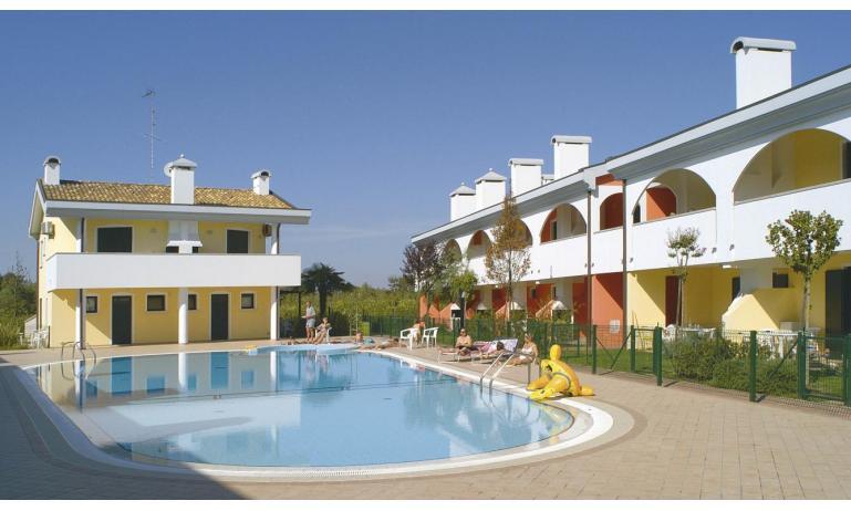 residence LEOPARDI: esterno con piscina
