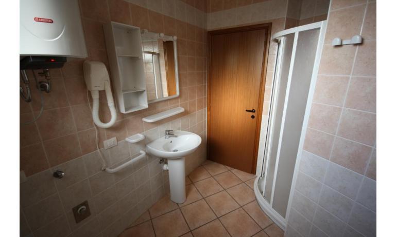 Residence GIRASOLI: B5 - Badezimmer mit Duschkabine (Beispiel)