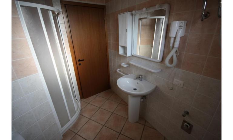 Residence GIRASOLI: C7 - Badezimmer mit Duschkabine (Beispiel)