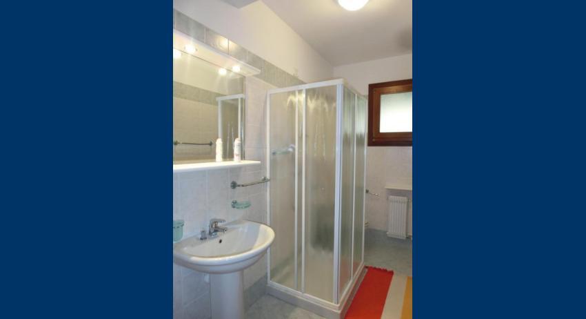 D8 - salle de bain avec cabine de douche (exemple)