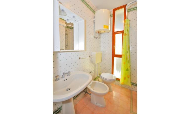 residence SPORTING: C6 - bagno con tenda (esempio)