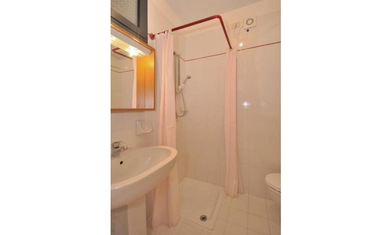 residence LUXOR: A3 - bagno con tenda (esempio)