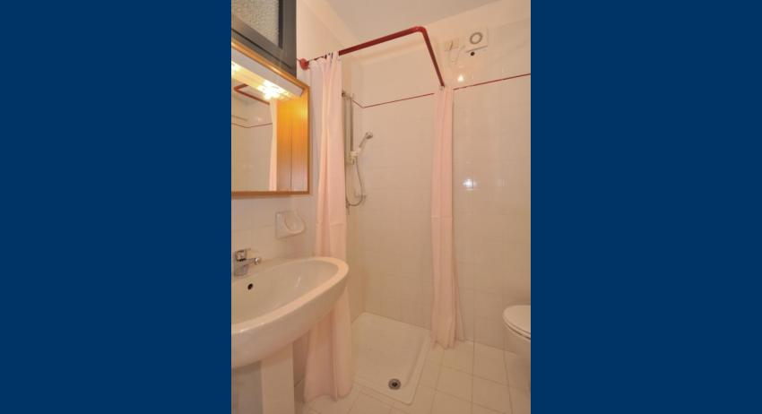 A3 - salle de bain avec rideau de douche (exemple)
