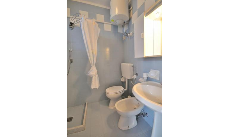 residence LUXOR: B4 - bagno con tenda (esempio)