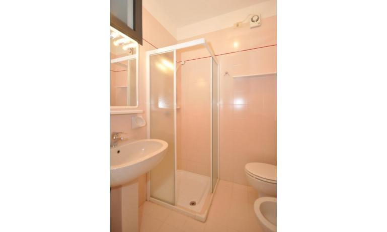residence LUXOR: B5 - bagno con box doccia (esempio)