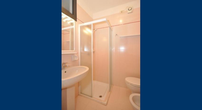B5 - bagno con box doccia (esempio)