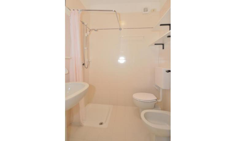 residence LUXOR: B5 - bagno con tenda (esempio)