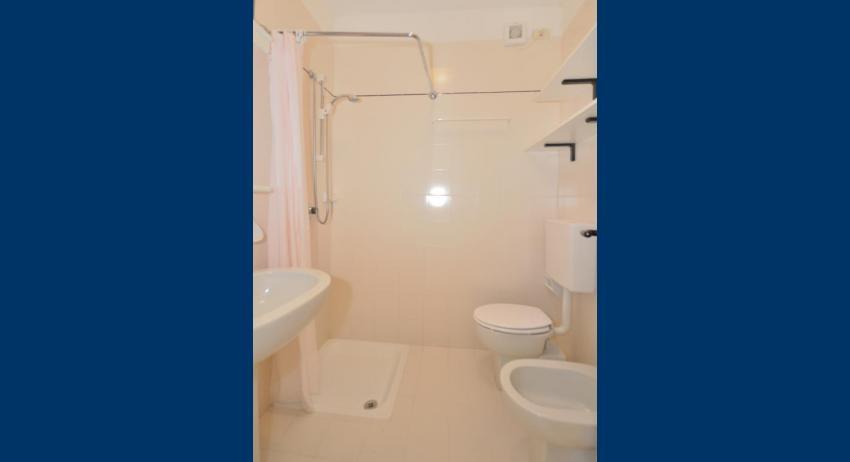 B5 - salle de bain avec rideau de douche (exemple)