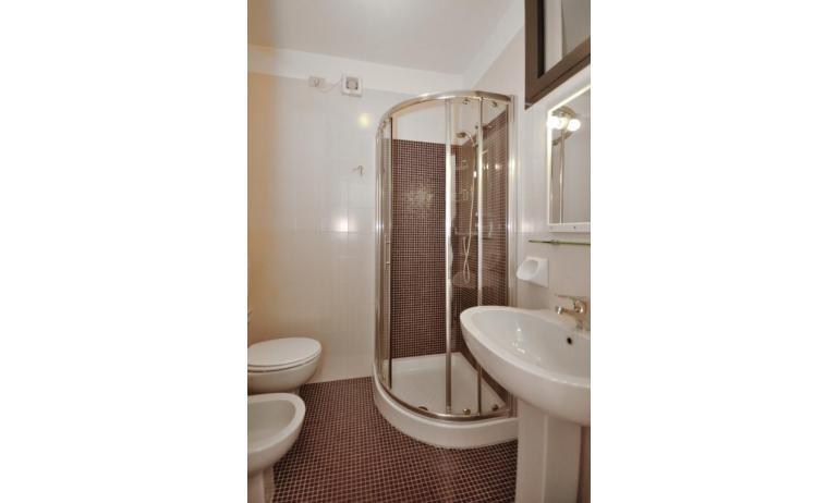 residence LUXOR: B5/S - bagno con box doccia (esempio)