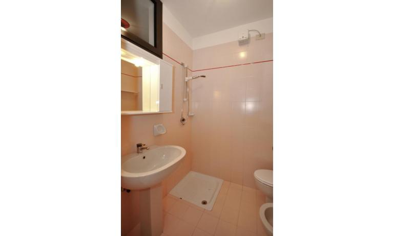residence LUXOR: B5/S - bagno con tenda (esempio)