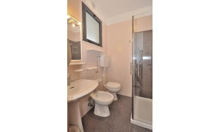 residence LUXOR: C5 - bagno con box doccia (esempio)