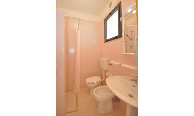 residence LUXOR: C5 - bagno con tenda (esempio)