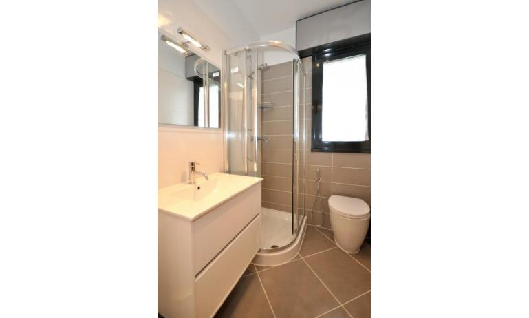 residence LUXOR: C6/F - bagno con box doccia (esempio)