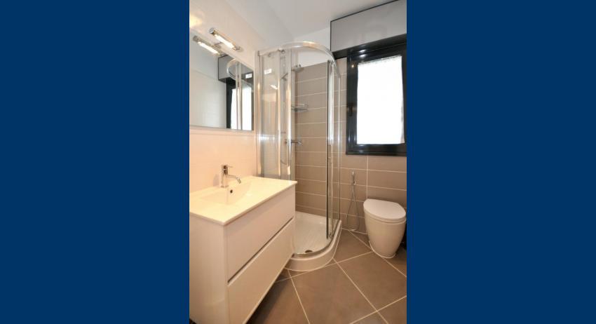 C6/F - salle de bain avec cabine de douche (exemple)