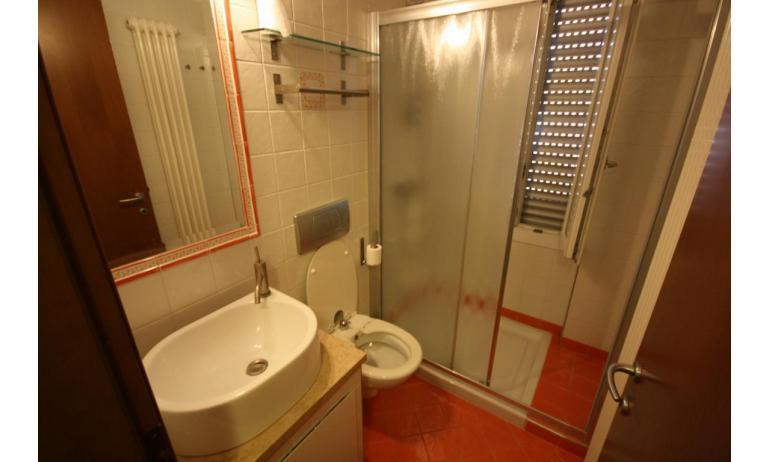 residence KATJA: A4 - bagno con box doccia (esempio)