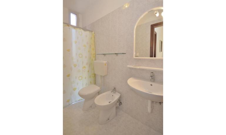 appartamenti CORMORAN: C6 - bagno con tenda (esempio)