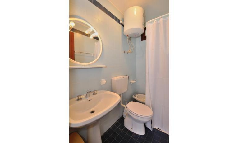 appartamenti CAVALLINO: A3 - bagno con tenda (esempio)