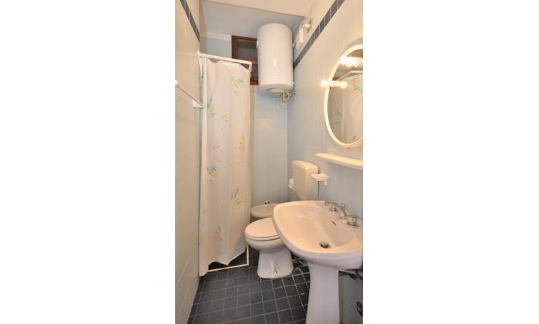 appartamenti CAVALLINO: B6 - bagno con tenda (esempio)