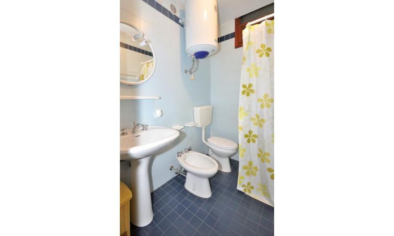 appartamenti CAVALLINO: C6 - bagno con tenda (esempio)