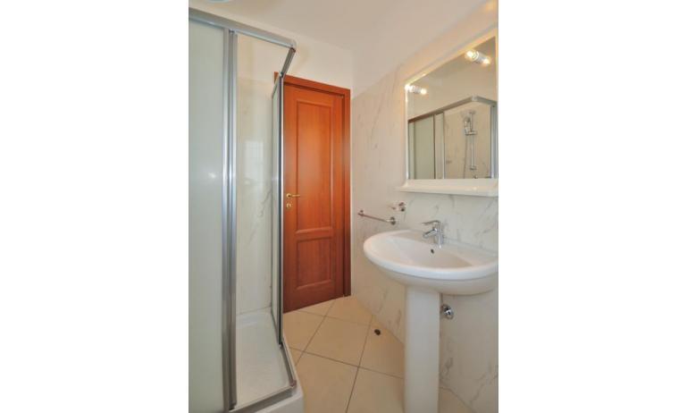 appartamenti DELFINO: B5 - bagno con box doccia (esempio)