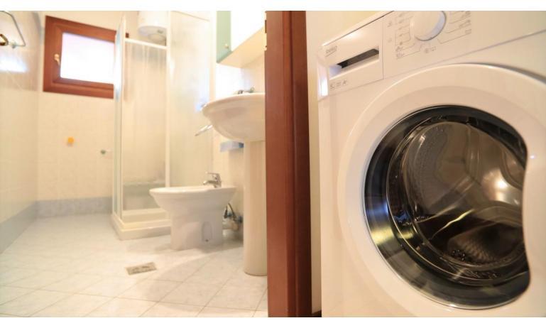 residence LEOPARDI-GEMINI: B5/2 - bathroom with washing machine (example)