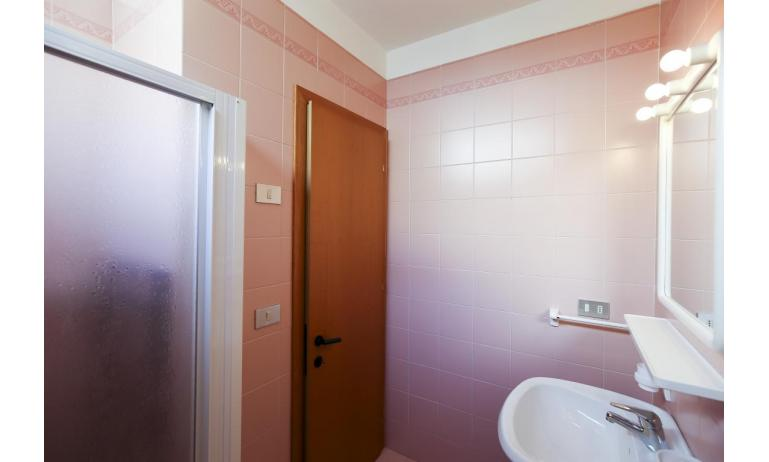appartamenti CAMPIELLO: A4 - bagno con box doccia (esempio)