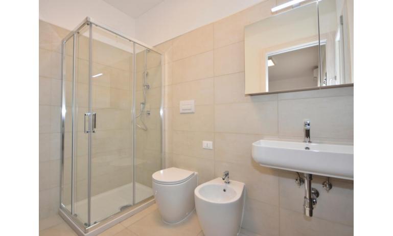 Ferienwohnungen IRIS SUITE: A2 - A2 - Badezimmer mit Duschkabine (Beispiel)