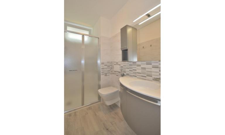 appartamenti STELLA: C6 - bagno con box doccia (esempio)