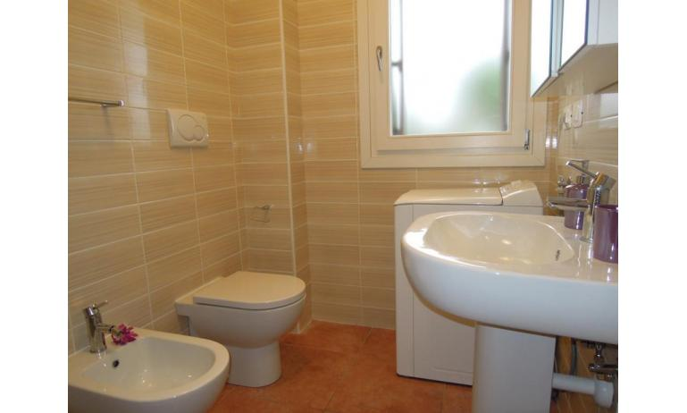 residence EVANIKE: C6 - bagno con lavatrice (esempio)