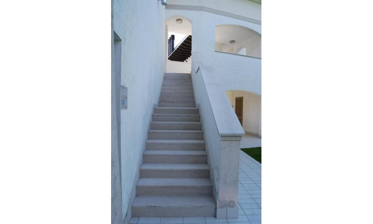 residence EVANIKE: D8 - scale ingresso (esempio)