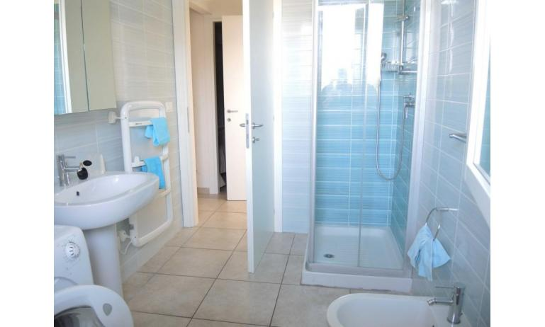 residence EVANIKE: D8 - bagno con lavatrice (esempio)