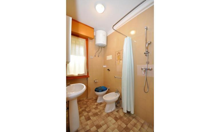 appartamenti VILLA FRIULI: B4 - bagno con tenda (esempio)