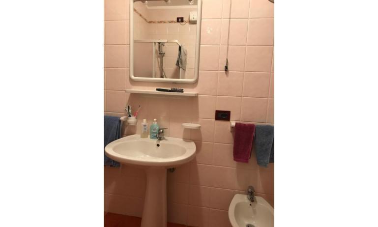 residence LIDO DEL SOLE: B5 - bagno con box doccia (esempio)