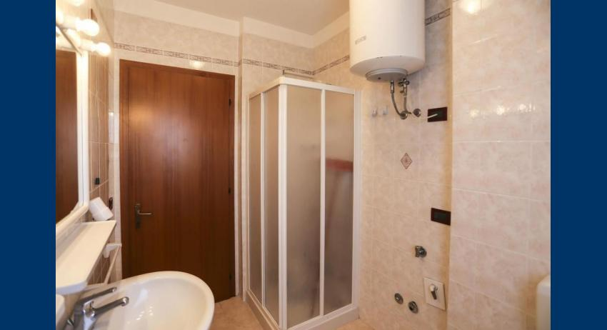 B5 V - bathroom with a shower enclosure (example)