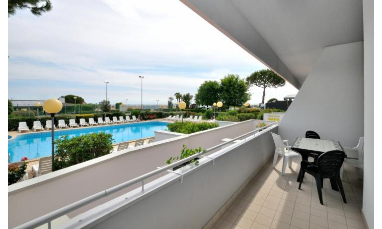 residence LUXOR: C6/F+ - terrazzo vista piscina (esempio)
