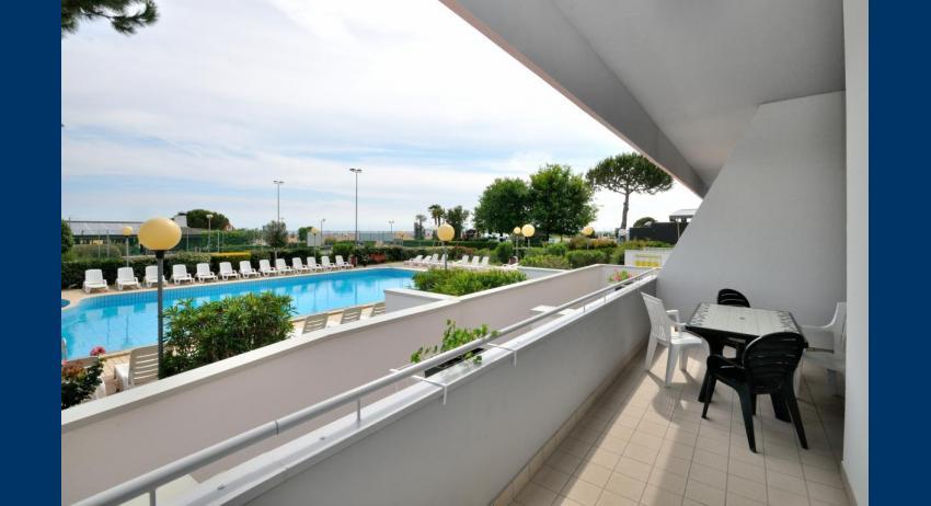 C6+ - terrazzo vista piscina (esempio)