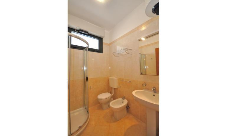 residence LUXOR: C6/F+ - bagno con box doccia (esempio)