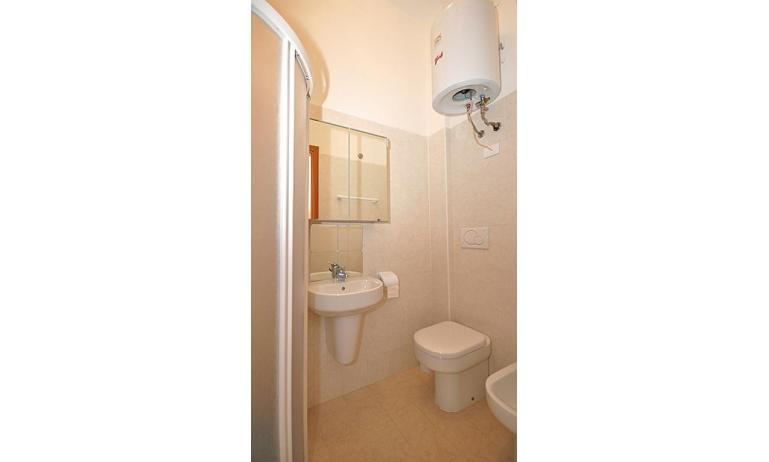 appartamenti ATOLLO: A4 - bagno con box doccia (esempio)