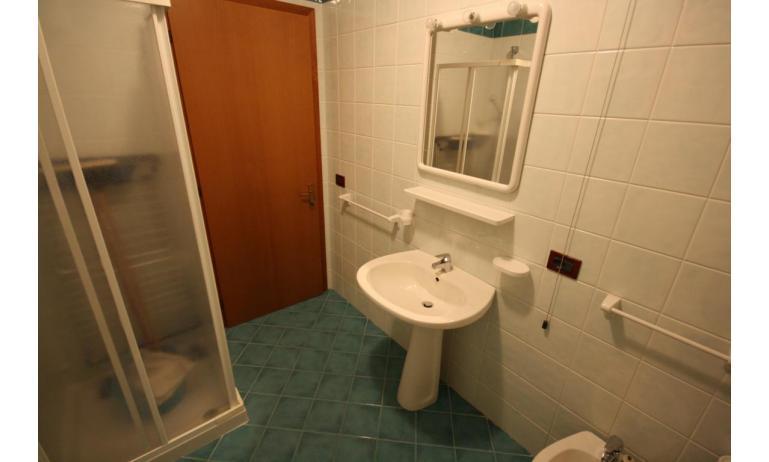 residence LIDO DEL SOLE: C7 - bagno con box doccia (esempio)